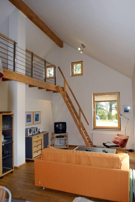 Offener Wohnbereich mit zusätzlichem Schlafplatz auf der Galerie