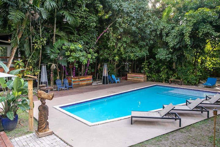 Tropical paradise with Heated Pool 1.2 acre