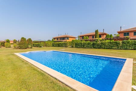 Cozy Holiday Home in Navata Spain with Communal Pool
