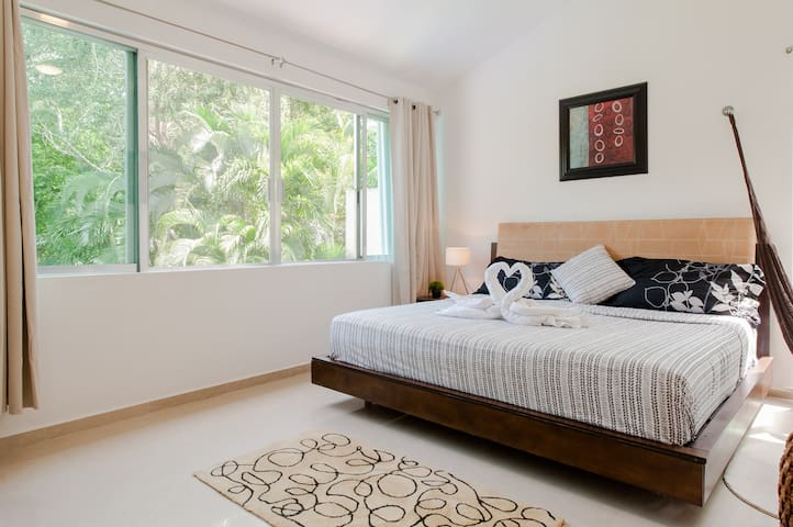 Master bedroom no. 4, Kingsize bed