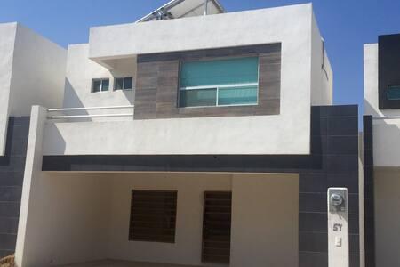 FraccPRIVADO a 3 min ESTADIO SANTOS - Villas del Renacimiento - บ้าน
