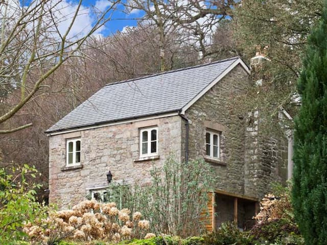 THE GENERALS COTTAGE, family friendly in Penallt, Ref 13460