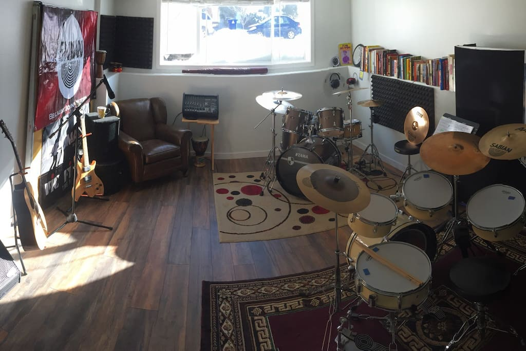 Drums, guitars, bass, microphone, PA system... simply Plug and Play!!!