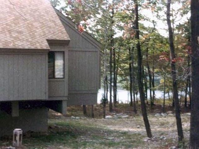 Poconos Cabin, w/Pool, Lake - 2 hours from NYC