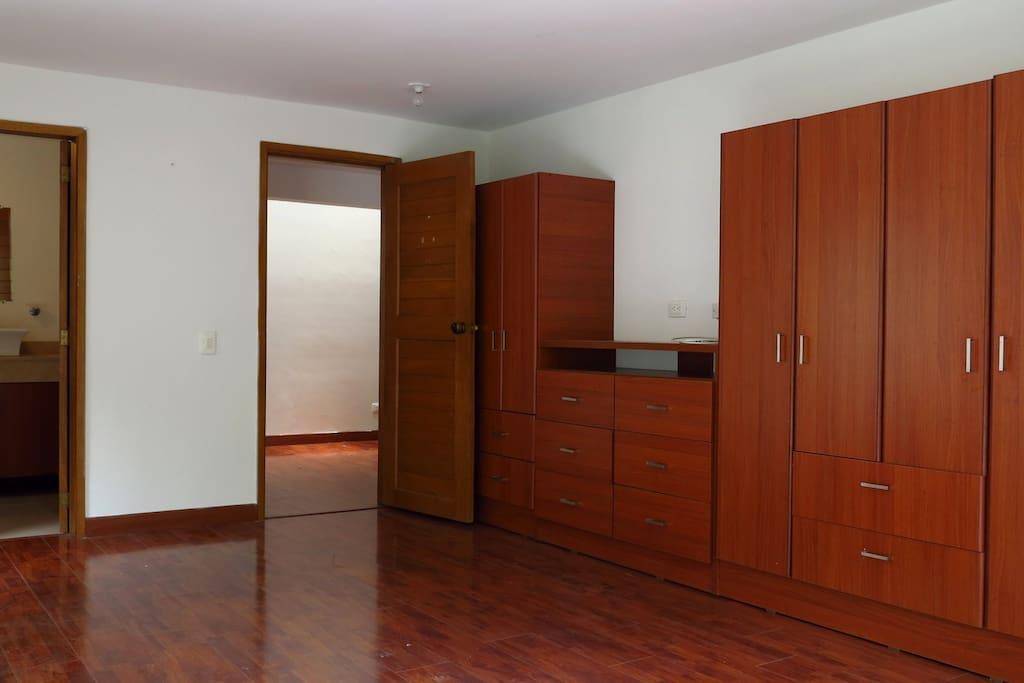 Armarios de la habitación grande. (24 m2)