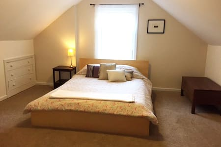 Comfy room close to Easton and airport! - Columbus - Casa