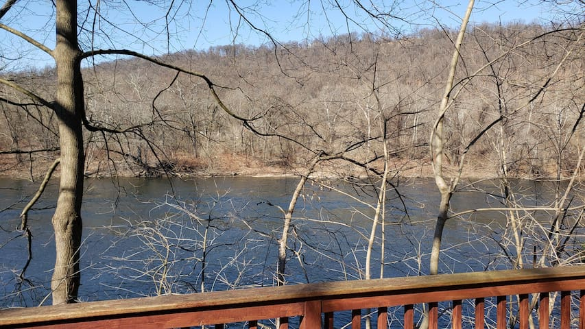 Secluded Waterfront Chalet Pohatcong 1 hr to NYC
