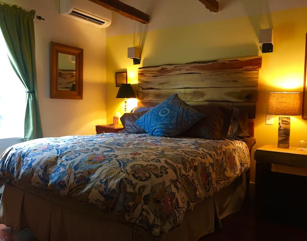 Blue Barn BnB Creekside Room - Millbrook - Bed & Breakfast