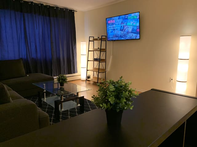 ⭐️Modern Downtown Condo | FREE Parking | Fast WIFI