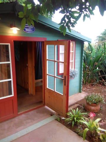 Baño exterior,  con aseo y ducha privada para clientes.