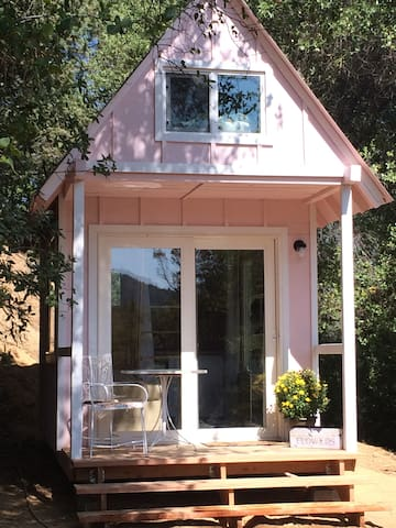 Tagba: Tiny Pink House in the woods - Redding - Blockhütte