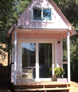 Tagba: Tiny Pink House in the woods - Redding - Srub