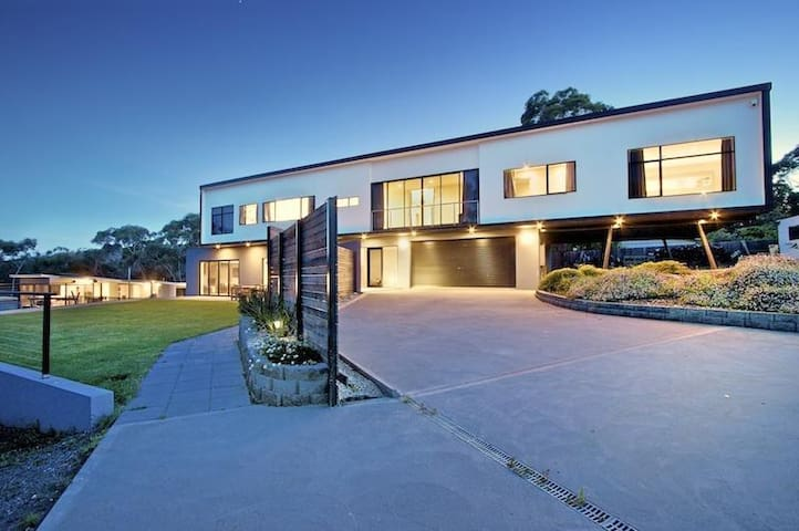 Luxury resort style living minutes from Hobart - Mount Nelson - House