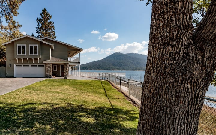 Luxurious Lakefront Home with Private Yard and Dock.  Sleeps 12 in 5 bedrooms, with 4 bathrooms!