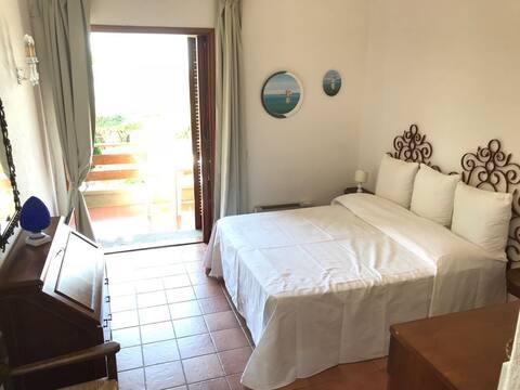 Studio appartement met balkon en uitzicht op Ansedonia