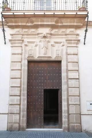 Portón de entrada al edificio.