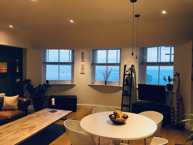 Fabulous 2 bedroom apartment, amazing beach views!