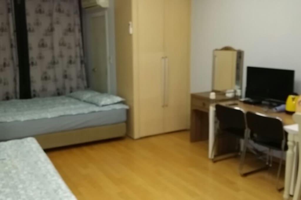 1 queen bed + 1 single bed