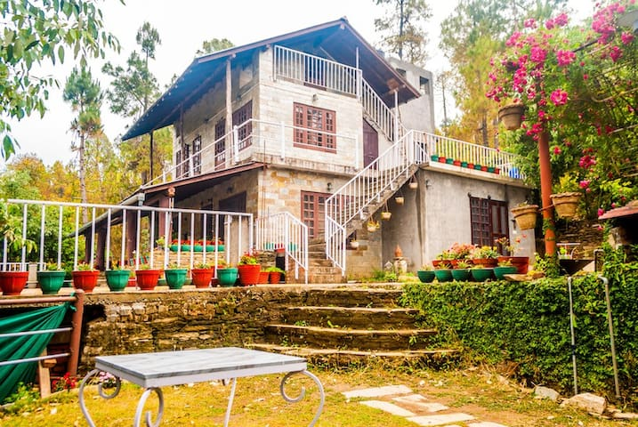 Quaint Family Room @ Frozen Woods - Pura Stays - Mukteshwar - Casa de huéspedes