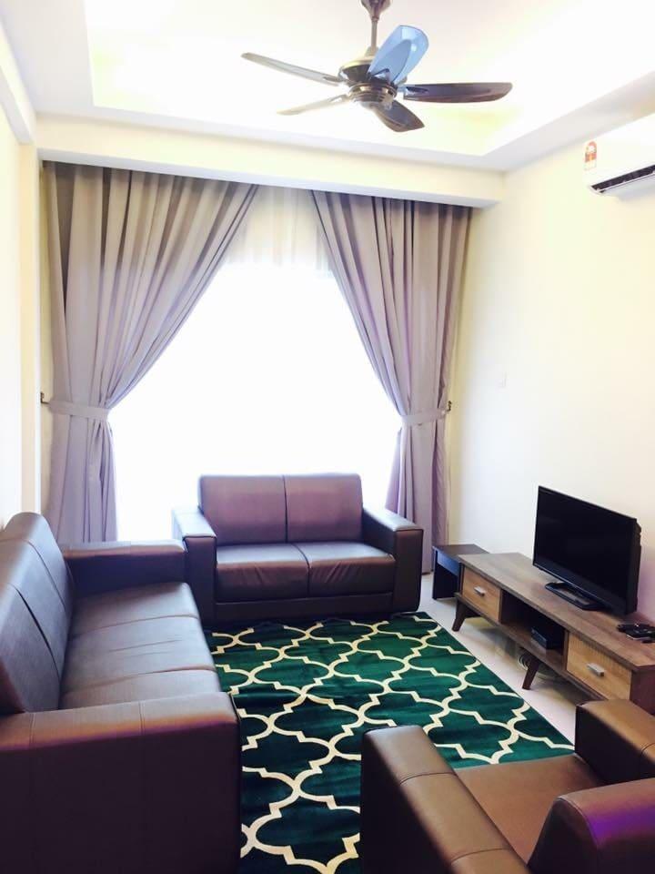 Ruang Tamu yang dilengkapi Penghawa Dingin, Televisyen, Set Sofa
