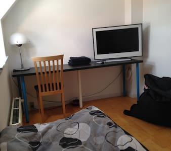 Enkelt værelse med tv midt i Esbjerg - Apartamento