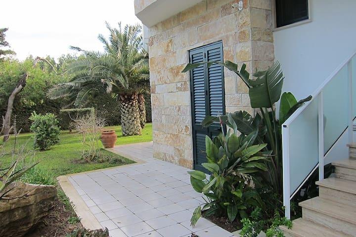 Camera Matrimoniale piano terra. Spiaggia ad 1 min - Torre Specchia Ruggeri - Apartamento