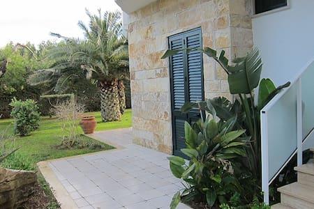 Camera Matrimoniale piano terra. Spiaggia ad 1 min - Torre Specchia Ruggeri - อพาร์ทเมนท์
