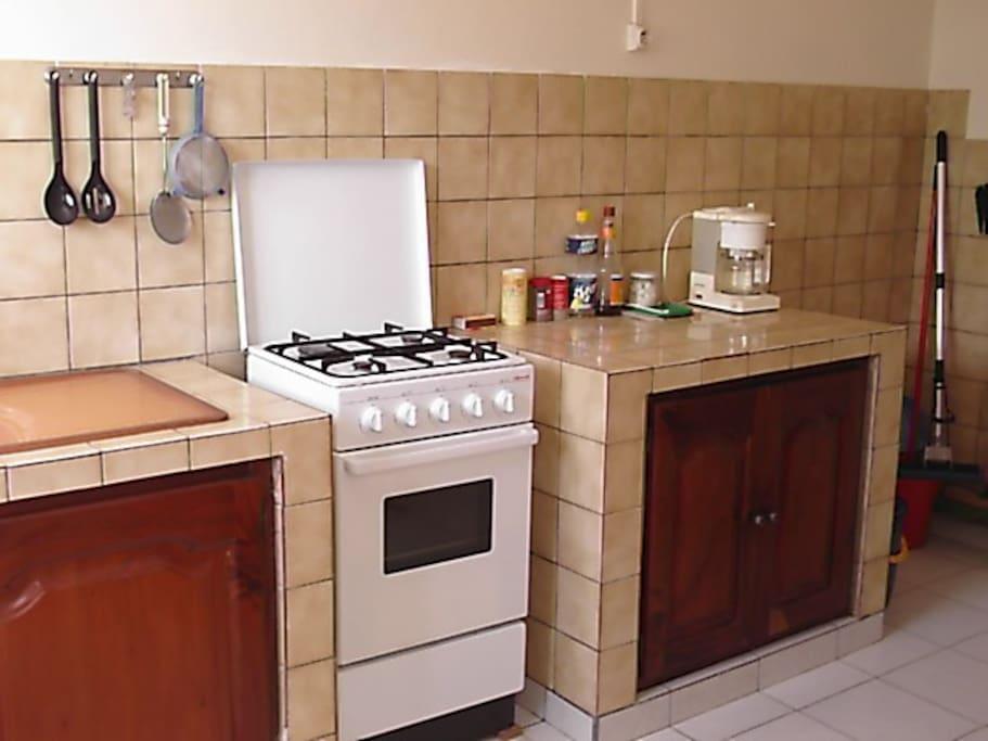 Cuisine équipée (gazinière, cafetière, réfrigérateur...)