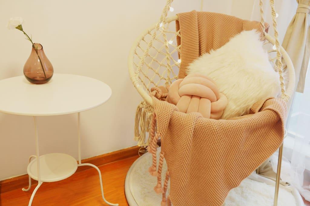 当你来到主卧想要舒服的放松一下时,这个吊椅是你的不二选择,慵懒的躺在里面,让吊椅慢慢的摇晃着,一天疲惫的旅程就画上完美的句号。