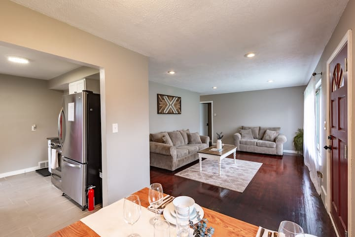 Clean Modern highly rated home minutes to airport
