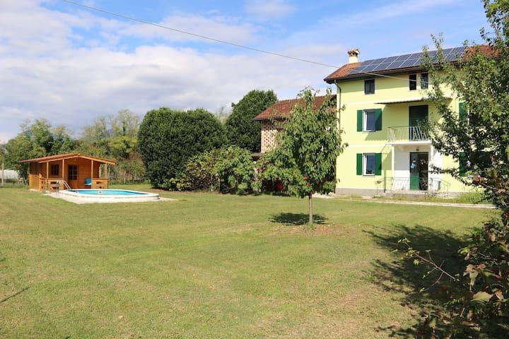 Vista del giardino prospiciente la villa (a sud). Oltre il corpo principale e il più piccolo del fabbricato, si ha: la piscina, la casetta di legno, il piccolo ciliegio (in primo piano), le 2 piante di alloro (sfondo), l'imp. fotovoltaico sul tetto