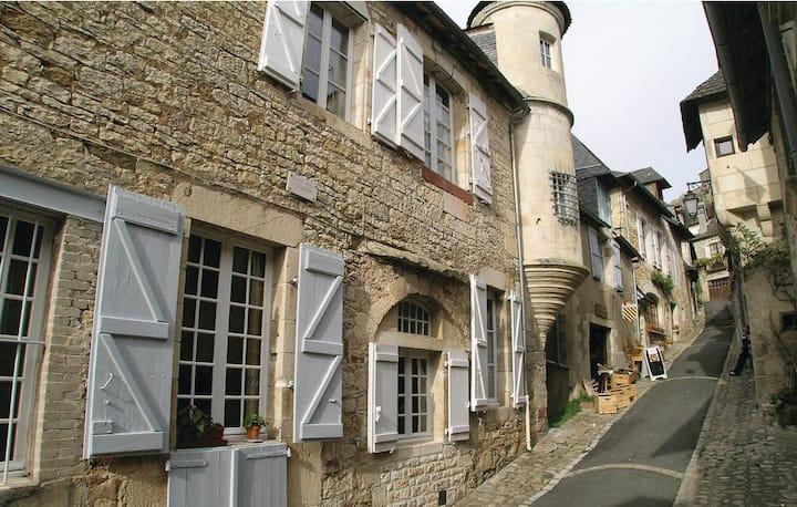 Maison de caractère dans village médiéval