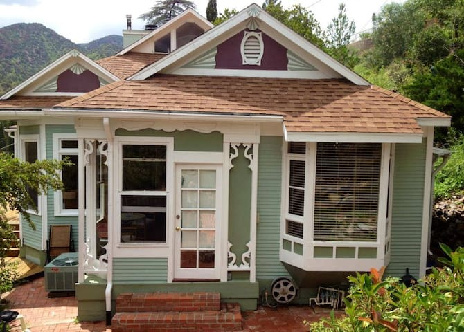 The Perfect Weekender Victorian with views & deck! - Bisbee - Hus
