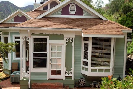 The Perfect Weekender Victorian with views & deck! - 比斯比(Bisbee) - 独立屋