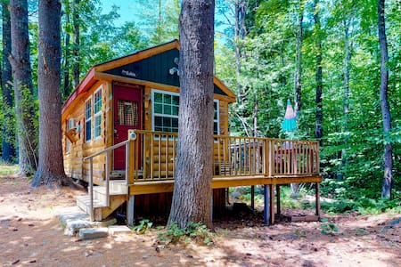 Cozy cabin w/firepit just minutes from skiing & Fryeburg Village! Dogs OK!