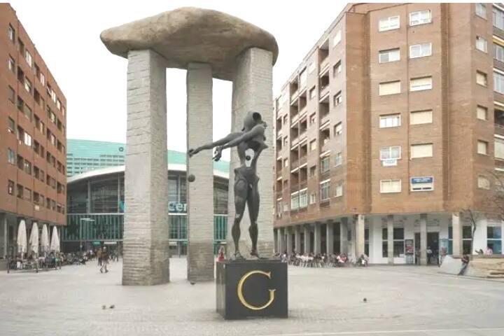 El dolmen de Dalí en Madrid (Juan Sardá) y el wizink Center