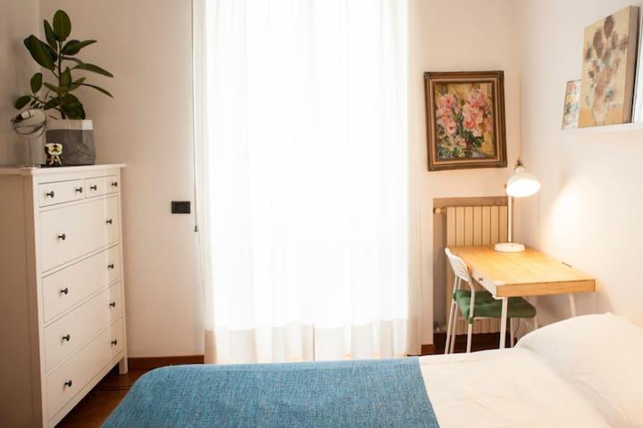 Sunny Balcony Room with bathroom 4mins to Metro