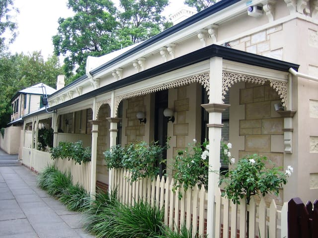 Rose Cottage is located is a quiet street, very close to the restaurants and coffee bars of Melbourne Street, 87 metres from The Lion Hotel.
