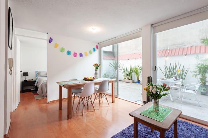 Cozy apart with patio in trendy La Roma