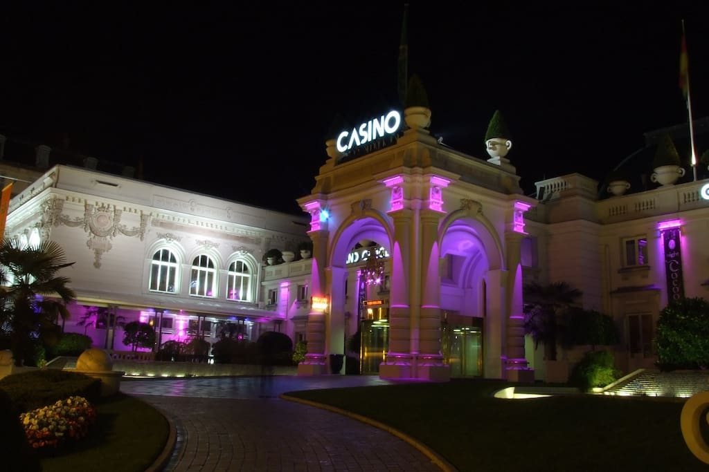 A 2 pas du Casino :))
