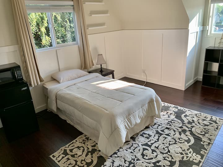 Private bedroom in Newark, CA/Female only