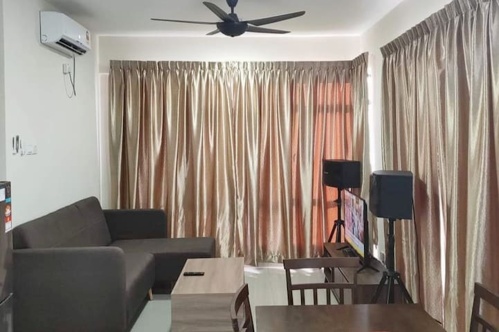 6 pax Homestay entire corner unit @ Austin B2929