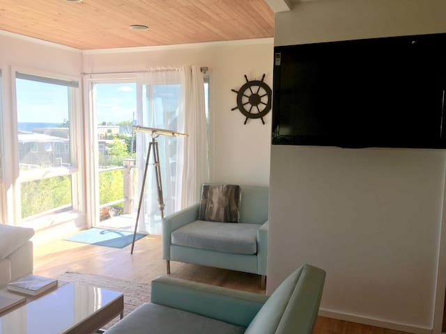 Bay views and big screen TV