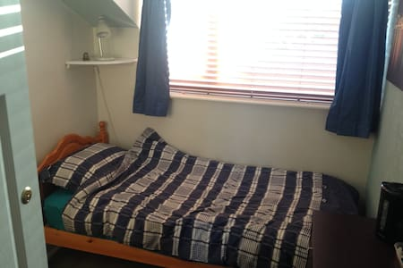 Single bedroom with plenty of storage space - Park Gate - Casa