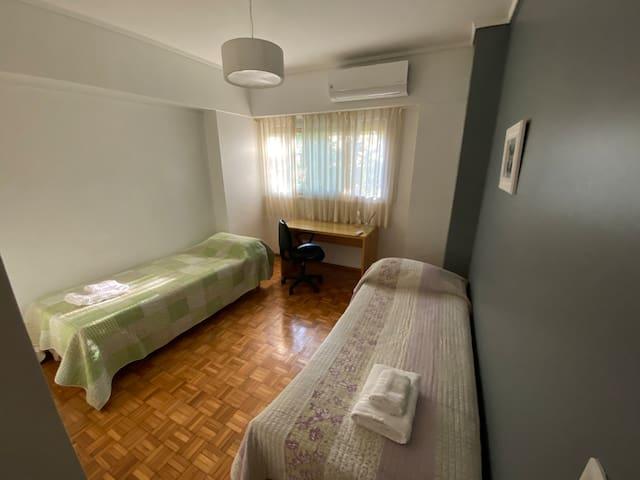 Dormitorio secundario con espacio para teletrabajo