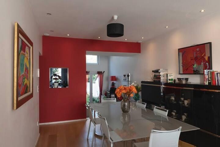 Chambre tout confort dans une maison moderne