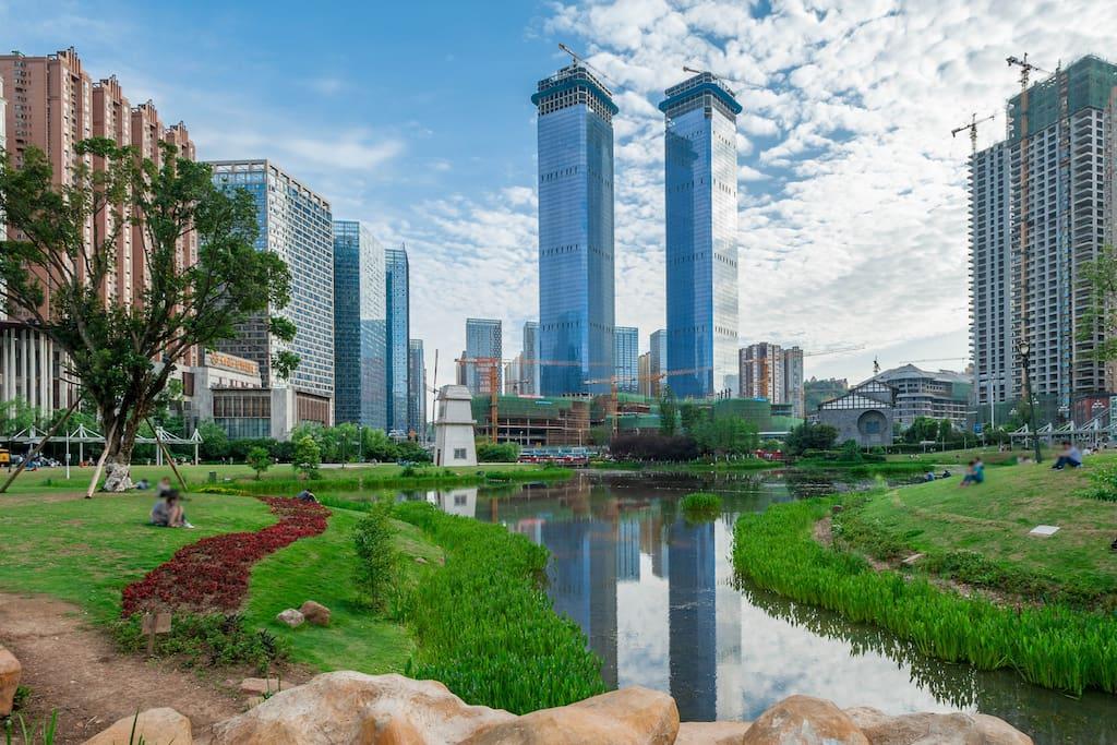 周边的贵阳市地标建筑花果园双子塔