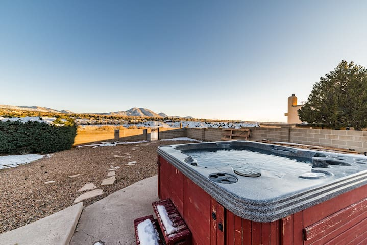 SHARED Bedroom w/3 beds Mtn views HOSTEL STYLE 1 - Albuquerque