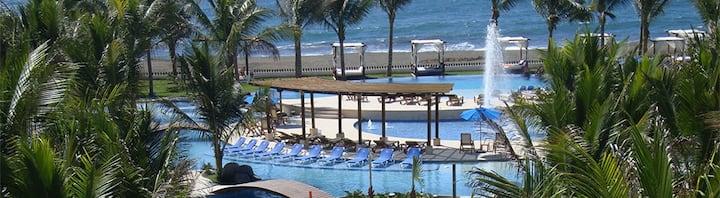 Lindo apto en condominio, piscinas, frente al mar