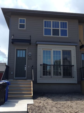 New furnished home in south calgary - Calgary - Hus